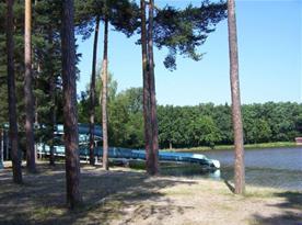 Tobogán v příjemném prostředí rybníka Hluboký