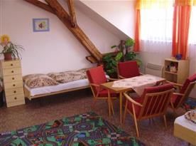 Pokoj s lůžky, stolkem, křesly, sekretářem, skříní