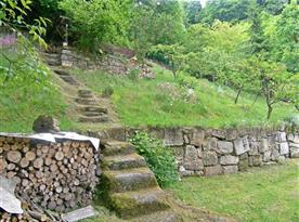 Zahrada ve svahu s venkovním posezením