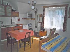 Plně vybavená kuchyně s jídelním stolem, lůžky a televizí