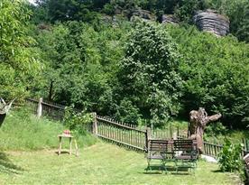 Výhled na skály z horní zahrady (2017)