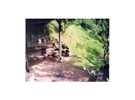 Posezení u ohniště v horní části zahrady