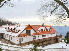 Zimní pohled na horskou chatu