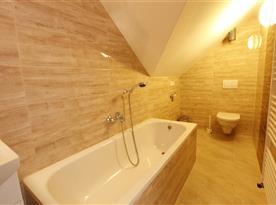 koupelna v podkrovním apartmánu