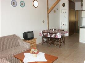 Obývací pokoj s kuchyňskýn a jídelním koutem