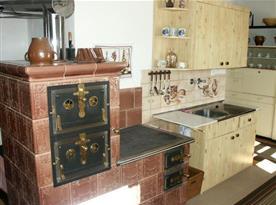 V kuchyni jsou kachlová kamna