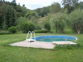 Pohled na bazén v blízkosti objektu