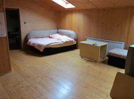 Průchozí ložnice v patře