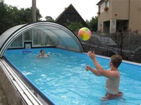 Venkovní vyhřívaný krytý bazén