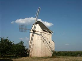 Pohled na větrný mlýn ve Starém Poddvorově