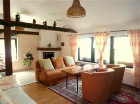 Obývací pokoj s krbem a sedací soupravou