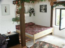 Ložnice s lůžky je součástí obývacího pokoje