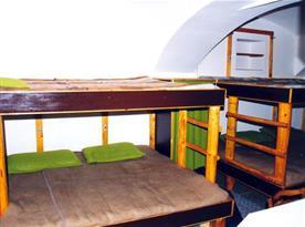 Obytná místnost s patrovou postelí