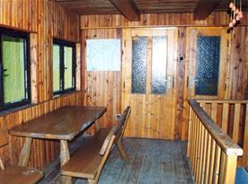 Dřevěná veranda s lavicí a stolem