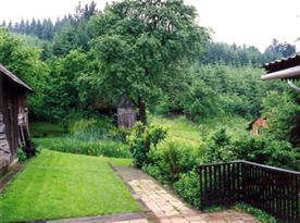 Pohled na udržovaný dvorek se zahrádkou