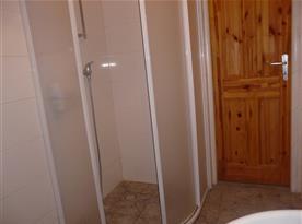 Sprcha v koupelně vedle společenské místnosti A - přízemí