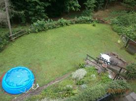 Venkovní bazén na zahradě