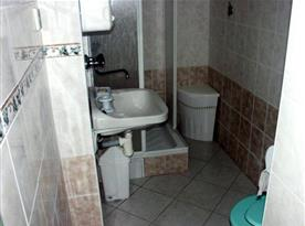 Sociální zařízení se sprchou, toaletou a umývadlem
