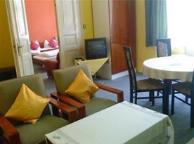 Obývací pokoj s balkónem a přístupem na předzahrádku