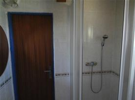 Sociální zařízení se sprchovým koutem, toaletou, umyvadlem a pračkou