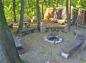 Přírodní ohniště s posezením