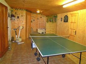 Herna se stolním tenisem, fotbálkem, šipkami a vstupem do sauny
