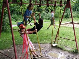 Dětské hřiště s houpačkou