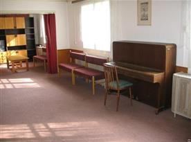 Velká společenská místnost s klavírem