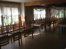 Velká jídelna se stoly a židlemi