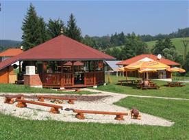 Příjemné posezení v letní restauraci