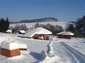 Zimní pohled na zasněžený areál