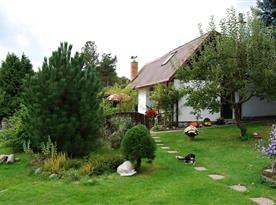Udržovaná zahrada kolem chaty