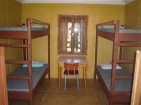 Chatka A s patrovou pastelí, stolem, židlí a skříní