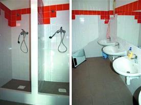 Společné sociální zařízení - sprchy a umývárna