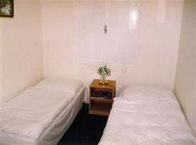 Ložnice A s lůžky, nočním stolkem a lampičkou
