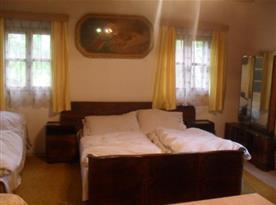 Obytná ložnice s manželskou postelí
