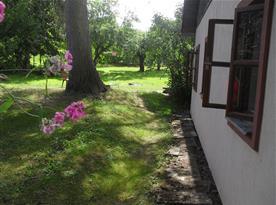 Pohled na chalupu se zahradou