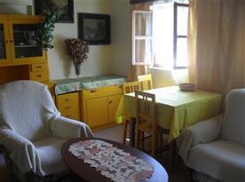 Obytná ložnice se sedací soupravou a stolkem