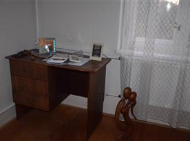 psací stůl v ložnici