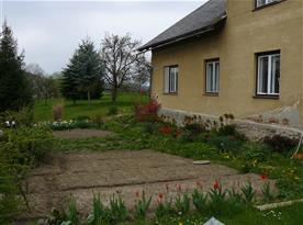 jarní zahrádka před domem