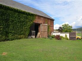stodola s velkou zásobou dřeva na zimu