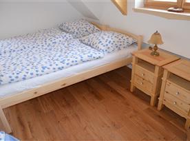 Ložnice v podkroví, dubová podlaha, podlahové elektrické sálavé topení,  v každé ložnici ovládané termostatem