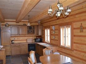 Vybavená dubová kuchyně s jídelním koutem