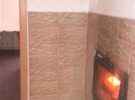 Krb na chodbě vedle dvoulůžkového pokoje