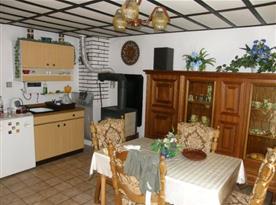Kuchyně s vařičem, ledničkou, varnou konvicí a jídelním koutem