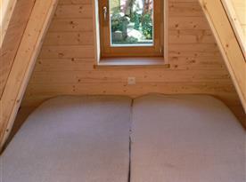 Levá strana ložnice v podkroví - spaní na matracích