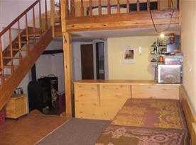 Obývací pokoj s pohovkou a schody na podestu