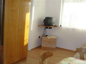 Obytná místnost s televizí