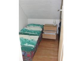 Ložnice s lůžky a skříňkou