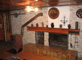 Společenská místnost s krbem a kamny